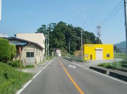 国道349号線に面し両サイドに黄色の建物